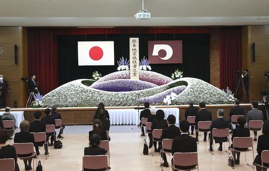 熊本地震の発生から5年を迎え、熊本県庁で開かれた追悼式。参列者は新型コロナウイルス感染防止のため間隔を空けて着席した(14日午前)=共同