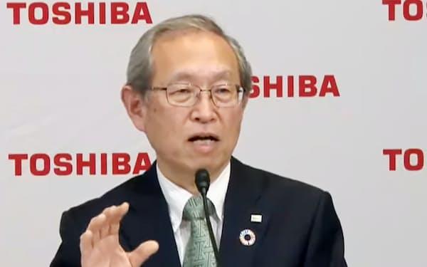 オンラインで記者会見する東芝の綱川智新社長兼CEO(14日午後)