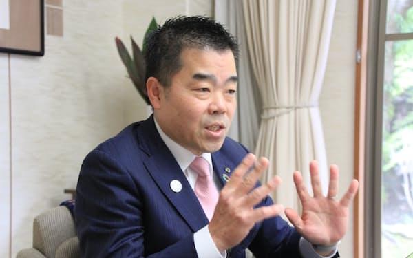 インタビューに答える滋賀県の三日月大造知事