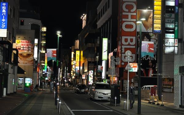 午後8時を過ぎると繁華街の人出が減った(13日、仙台市青葉区の国分町)