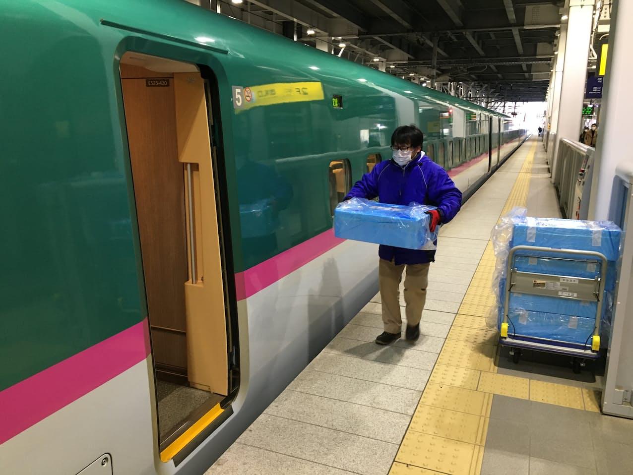 北海道―東京間で新幹線を使い鮮魚などを輸送し、市街地の飲食店にも届ける(JR東日本提供)