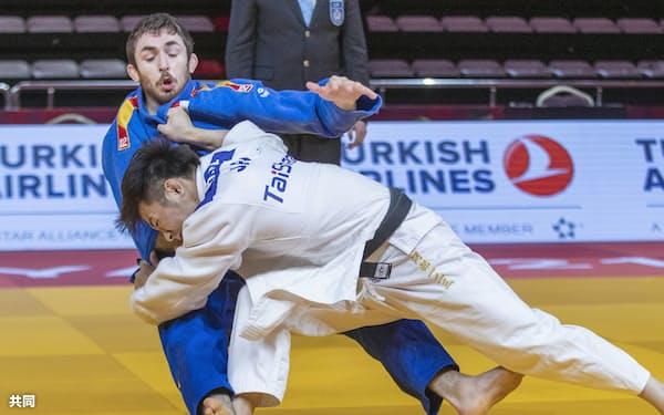 GCアンタルヤ大会男子66キロ級決勝でスペインのアルベルト・ガイテロマルティン(左)を攻める阿部一二三=国際柔道連盟提供・共同