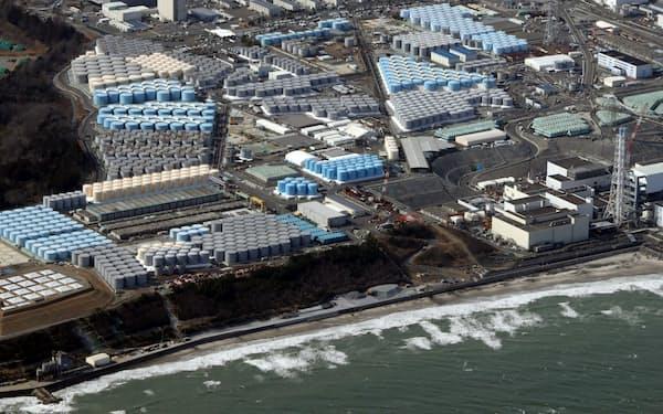 東京電力福島第1原発の敷地内に並ぶ、処理水などを入れるタンク(3月)
