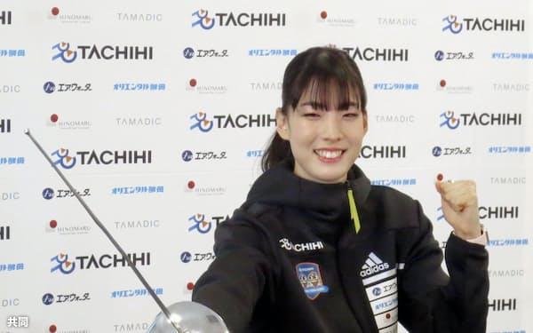 プロ転向を表明し、ポーズをとるフェンシング女子サーブルの江村美咲(4月9日、東京都内)=共同