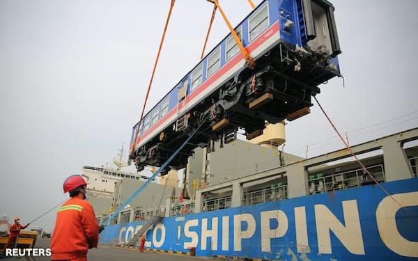 コスコが運航する船に積み込まれる車両(山東省青島市)=ロイター