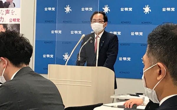記者会見する公明党の竹内政調会長(14日、国会内)