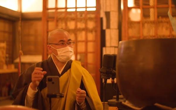 平等寺の谷口住職は朝夕の勤行をユーチューブで配信し、視聴者の質問にも答える