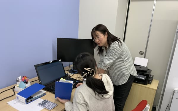 チームで働くことで業務面の不安解消などにもつながる(長野県塩尻市の「KADO」)