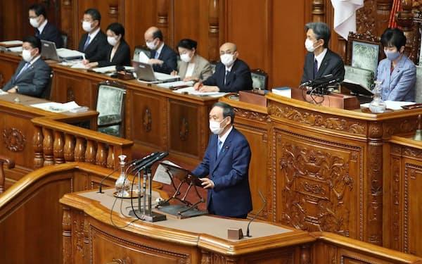 デジタル改革関連法案が審議入りした参院本会議で答弁する菅首相(14日午前)