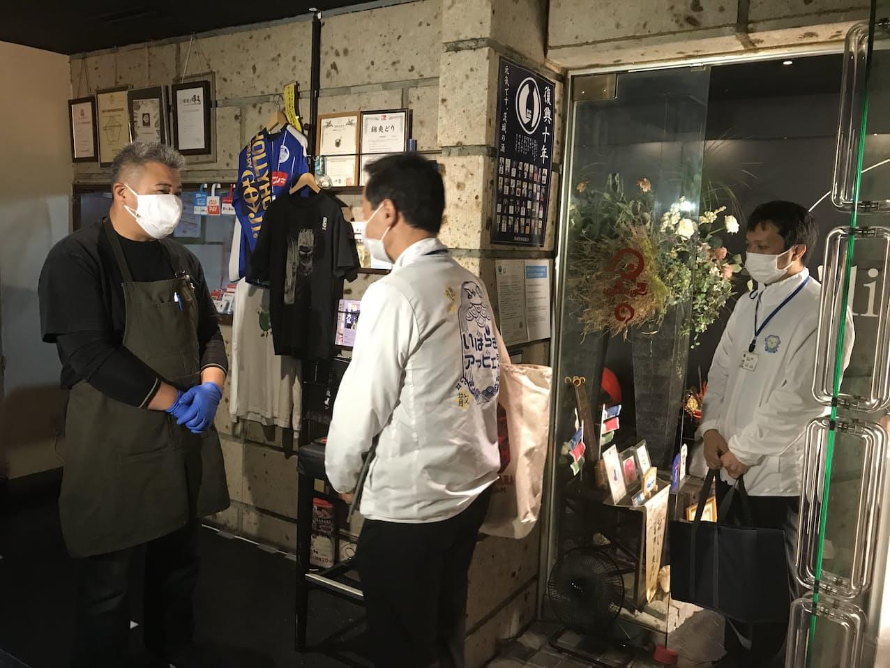 茨城県の職員延べ120人が順次、5市の繁華街にある飲食店を巡回する(水戸市の飲食店「酒趣」)
