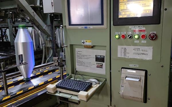 東レは生産拠点にAI検査装置の導入を進める。写真は東レの石川工場に導入した装置