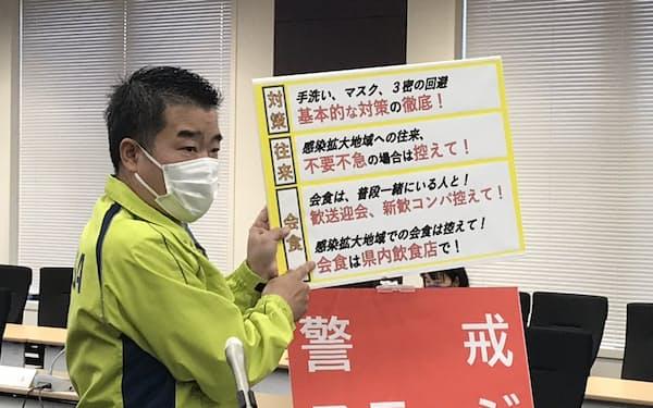 感染状況「ステージ3」への引き上げを発表する滋賀県の三日月大造知事(15日、滋賀県庁)