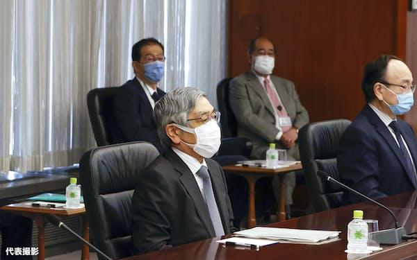日銀の支店長会議に臨む黒田総裁(前列左から2人目)=15日午前、日銀本店(代表撮影)