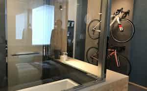 「サイクルルーム」は壁に飾った愛車を風呂場からも眺められる
