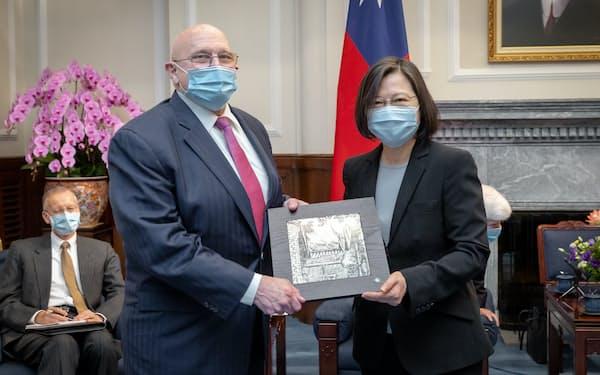 蔡総統はアーミテージ元国務副長官と会談し、米台の連携をアピールした(15日、台北市)=総統府提供
