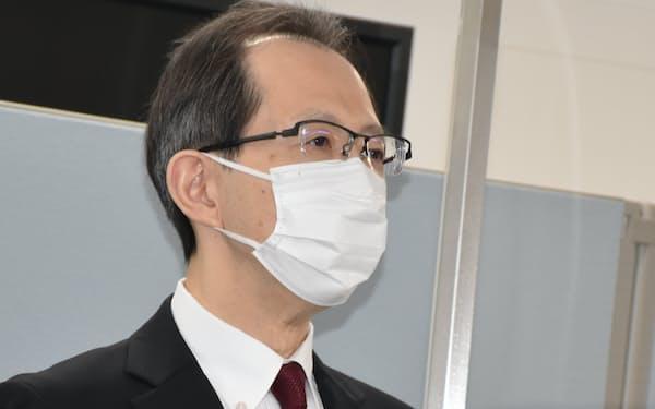 取材に応じる福島県の内堀知事(15日、県庁)