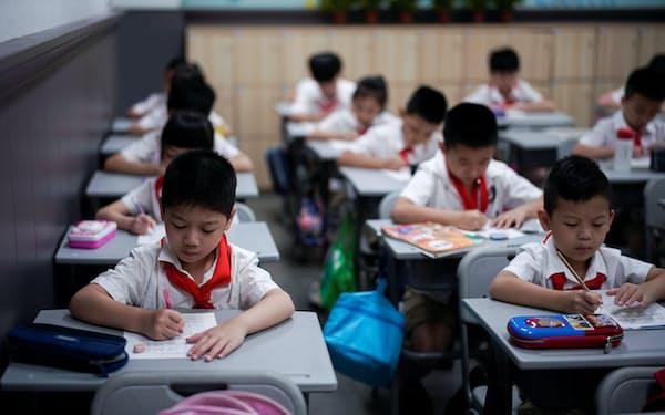 湖北省武漢市の小学校で授業を受ける子どもたち(2020年9月)=ロイター