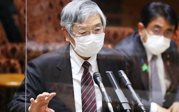 参院財政金融委で答弁する日銀の黒田総裁(13日午後)