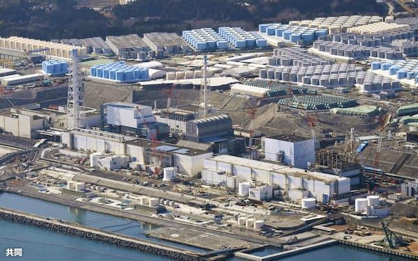 敷地内に処理水を保管するタンクが並ぶ東京電力福島第1原発=2月(共同通信社ヘリから)