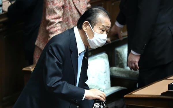 衆院本会議に臨む自民党の二階幹事長(15日午後)