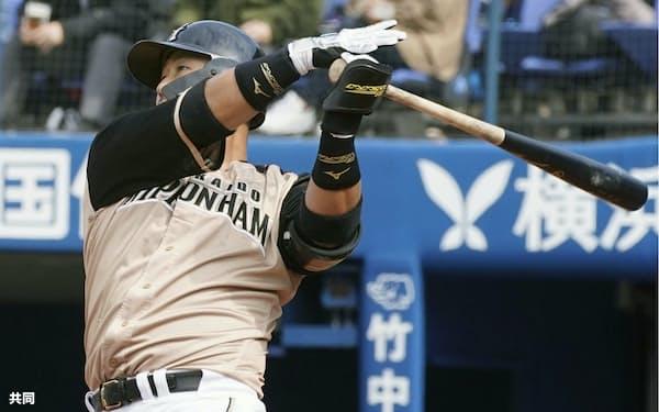 1回、左越えに先制3ランを放つ日本ハム・中田=横浜