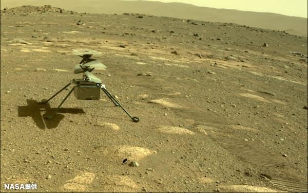 火星ヘリは高さ49㌢、重さ1.8㌔㌘、ローターの直径は1.2㍍と小型だ。(NASA提供)