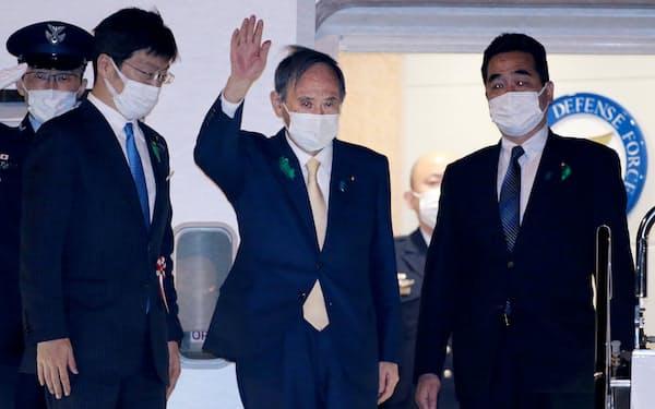 バイデン米大統領との首脳会談のため、羽田空港を出発する菅首相(15日午後)