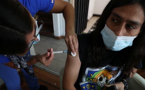 ワクチンを接種する市民(3月、サンティアゴ)=ロイター