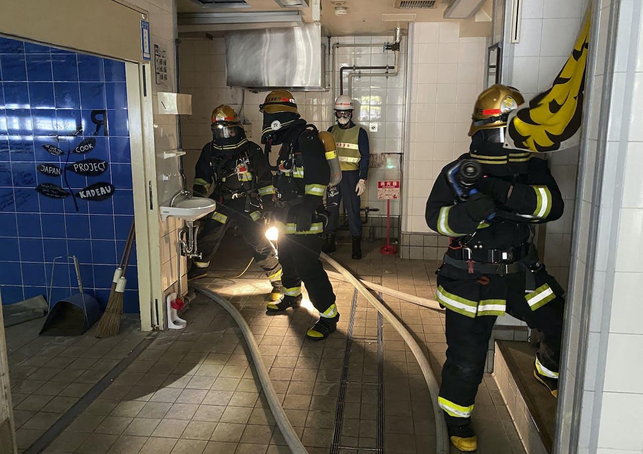 ホースをのばし訓練をする消防隊員(2020年10月、東京・日本橋)=東京消防庁提供・共同