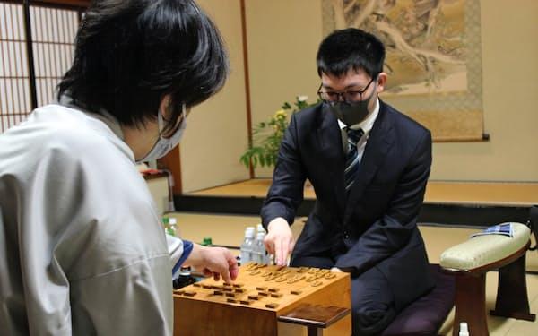 昨年の五番勝負では、永瀬王座㊨が久保九段の挑戦を退け初防衛を果たした