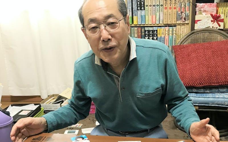 桐谷さんが株主優待でもらったQUOカードや図書カード。保有総額100万円を超える