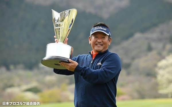 3人プレーオフを制し、優勝トロフィーを掲げる篠崎紀夫=日本プロゴルフ協会提供