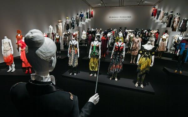 交響楽団に見立てたマネキンがよりすぐりの衣装を着てならぶ「ワクワクドキドキ」は展覧会のハイライトだ(7日、神戸市中央区)