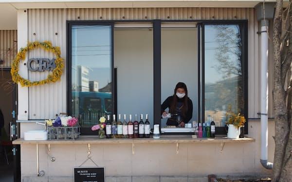 ショップでは窓越しにワインや清涼飲料を販売する