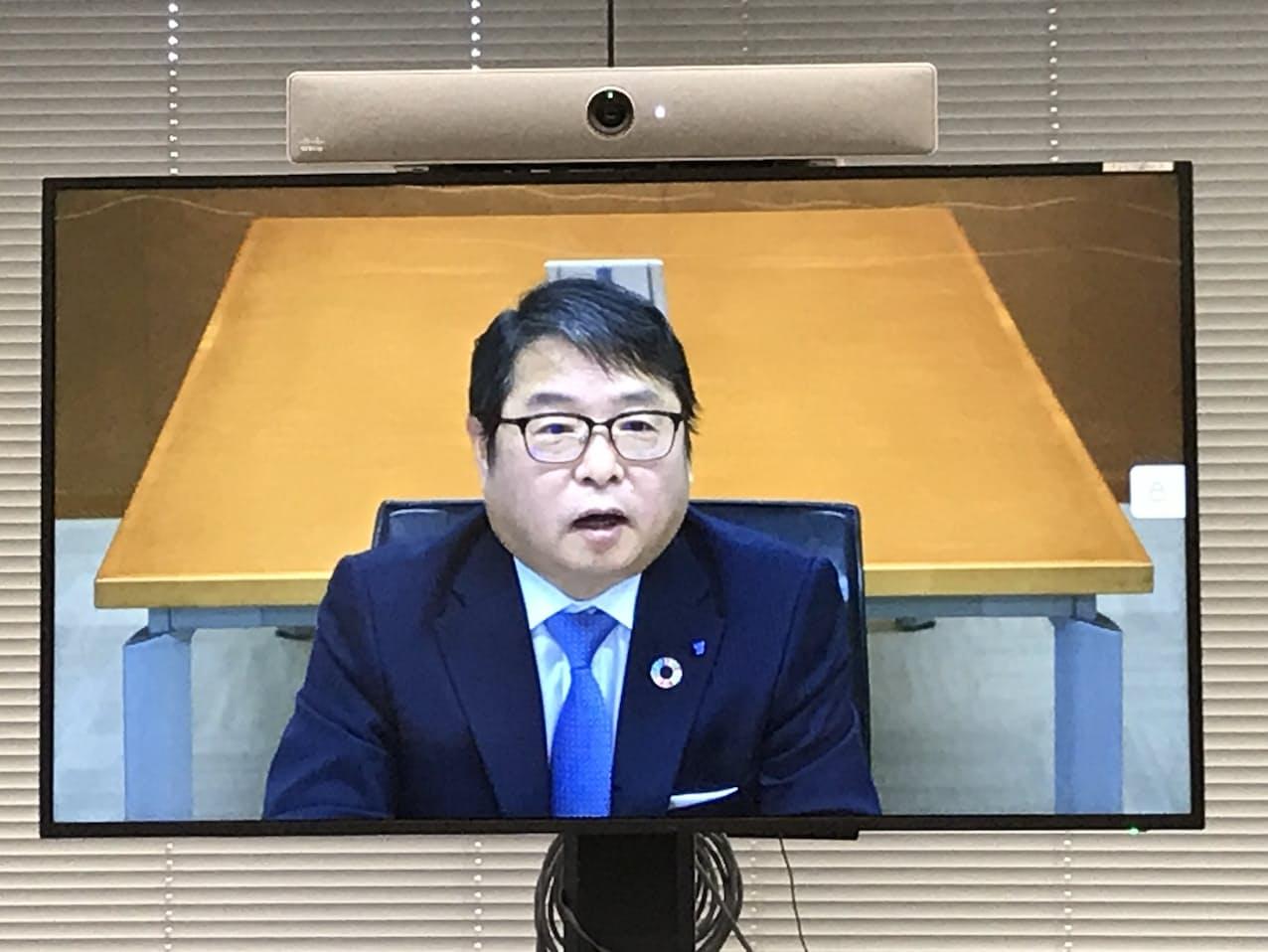 オンライン会見に臨む池辺会長(16日、東京都内)