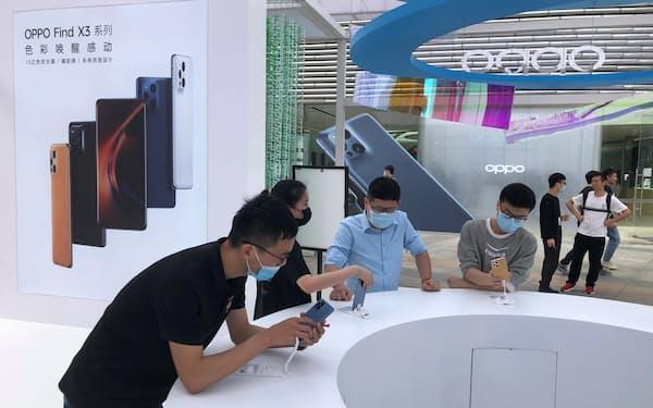 中国スマホ大手のOPPOは矢継ぎ早に新製品を発売している(3月、広東省広州市の特設売り場)