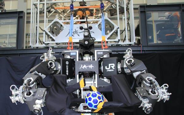 人機一体の試作機両手の3本指を使ってボールを受け渡しできる(滋賀県草津市の本社)