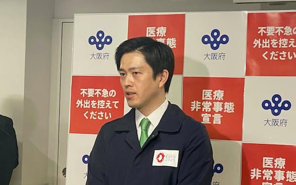記者団の取材に応じる大阪府の吉村知事(16日、大阪府庁)