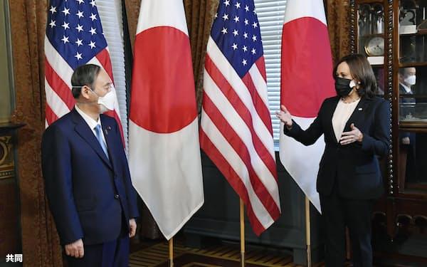 ハリス米副大統領(右)の表敬を受ける菅首相=16日、ワシントン(共同)