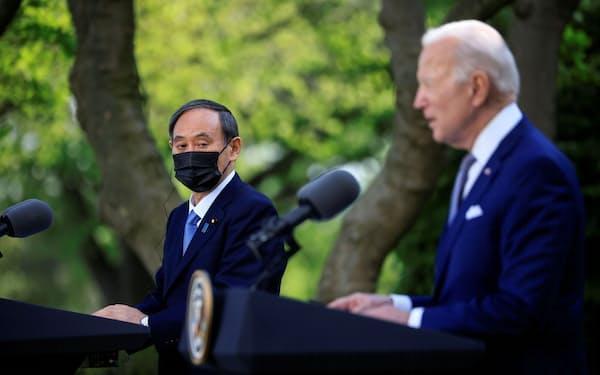 日米首脳会談後の記者会見に臨む菅首相とバイデン米大統領=ロイター