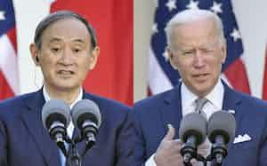 共同記者会見に臨む菅首相とバイデン大統領(16日、ホワイトハウス)=共同