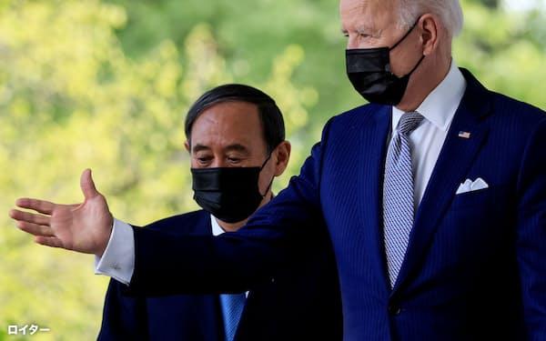 ホワイトハウスで共同記者会見に臨むバイデン米大統領(右)と菅首相(16日、米ワシントン)=ロイター