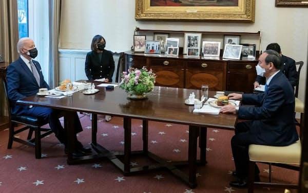 バイデン米大統領(左)と会談する菅首相。昼食にハンバーガーが用意された(16日、ワシントンのホワイトハウス)=バイデン大統領のツイッターから