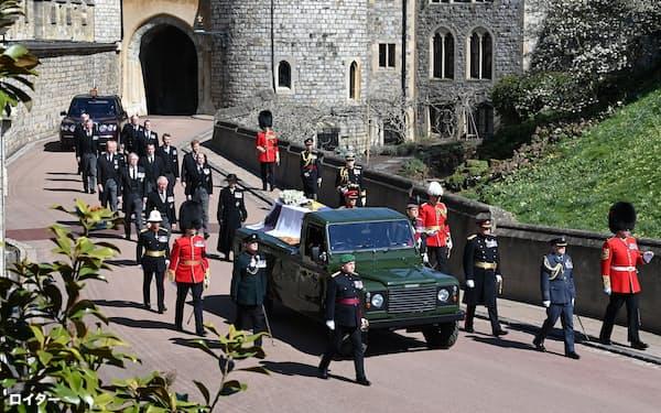 ひつぎは殿下自らが改造に携わった霊きゅう車に乗せられた(17日、ウィンザー城)=ロイター