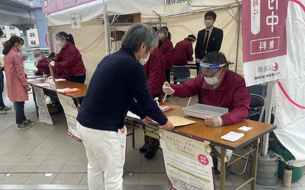 広島駅前で検体を提出した(17日)