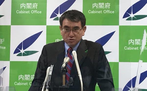 閣議後の記者会見に臨む河野規制改革相(16日)