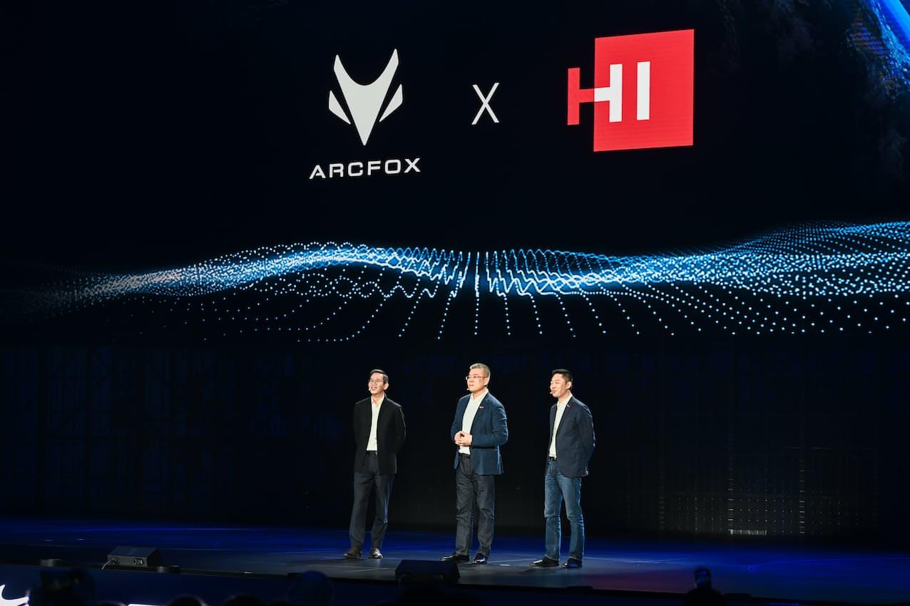 ファーウェイは17日には北京汽車集団傘下の高級EVブランド「ARCFOX」の新型車に自動運転技術を提供すると発表した(上海市)