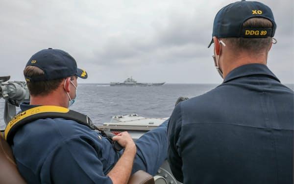 中国軍空母とみられる艦船を駆逐艦から監視する米海軍兵士(4月4日)=米海軍ホームページから