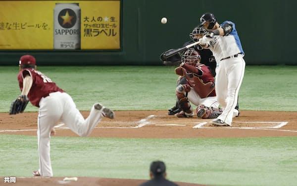 日本ハム・中田は日本復帰登板の楽天・田中将から豪快な先制2ランを放った=共同