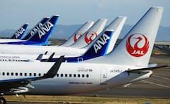 羽田空港に駐機する日本航空と全日空の機体